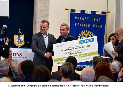 L'arch. Pallaoro del Rotary Trentino Nord mi consegna i premi