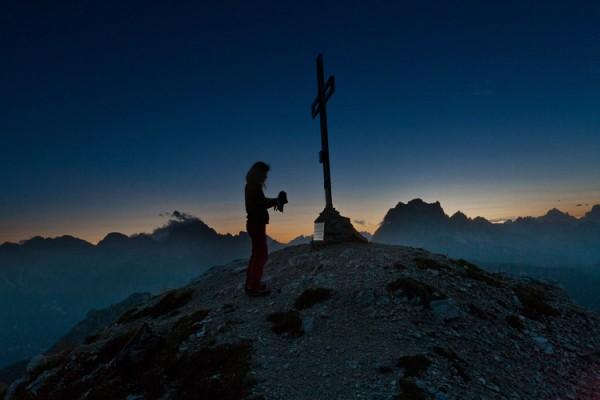 La croce dell'anticima sul far della notte